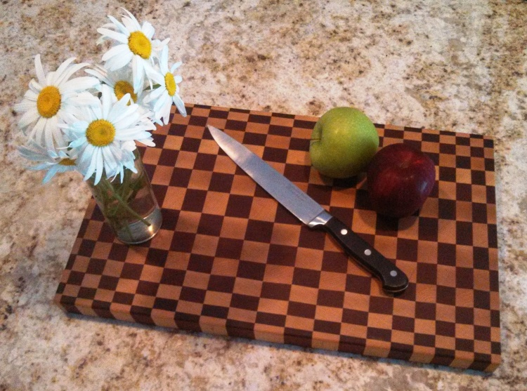 end-grain-dizzy-cutting-board-daisy-1